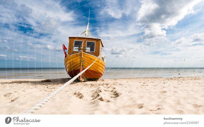 Fischerboot am Ostseestrand Strand Meer Seil Sand Wolken Wasserfahrzeug träumen Vorfreude Europa Fischereiwirtschaft Himmel Möwe Sandstrand Sonnenschein Tau
