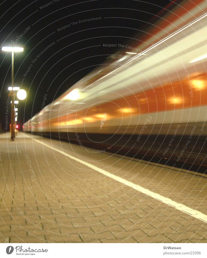 Einfahrender Zug Bewegung Verkehr Eisenbahn Bahnhof Bahnsteig