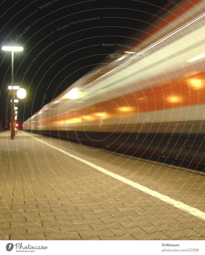 Einfahrender Zug Eisenbahn Bahnsteig Nacht Bewegung Langzeitbelichtung Bewegungsunschärfe Verkehr Bahnhof