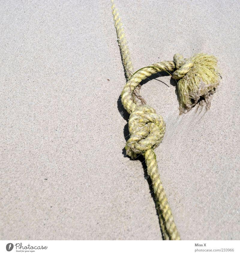 Knoten im Sand alt liegen Seil fest Zusammenhalt Befestigung Knotenpunkt