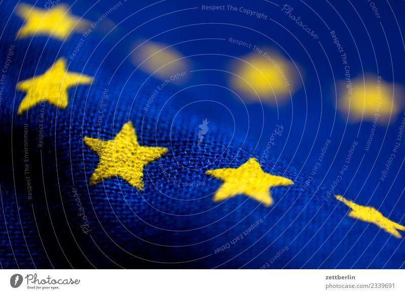 Europafahne Europa Parlament Fahne Stoff Wahrzeichen Stern (Symbol) Bündnis Falte Beule Wellen gelb blau Textfreiraum Menschenleer