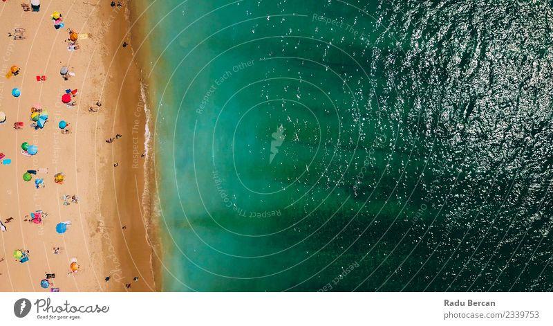 Luftaufnahme der Menschenmenge, die sich am Strand in Portugal entspannt. Lifestyle exotisch Schwimmen & Baden Umwelt Natur Landschaft Sommer Schönes Wetter