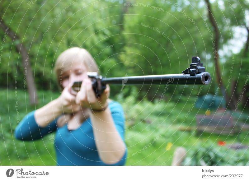 Hands up ! Luftgewehr Junge Frau Jugendliche 1 Mensch 18-30 Jahre Erwachsene Garten blond ästhetisch bedrohlich Mut Entschlossenheit Waffe zielen Gewehr