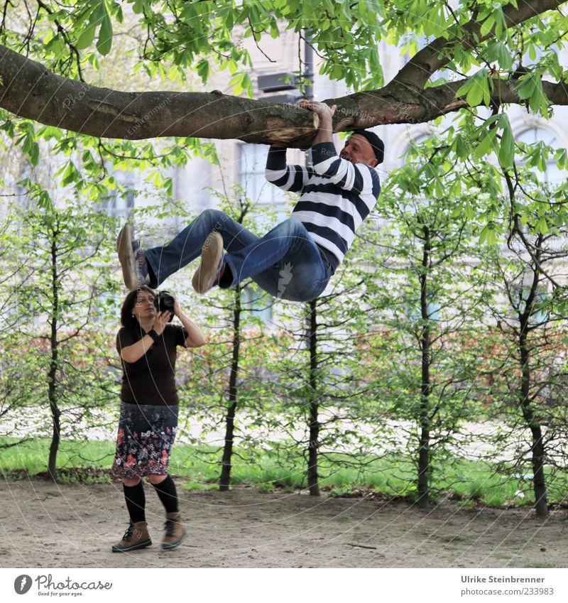 Hänger Mensch Frau Mann Baum Freude Blatt Erwachsene Leben lustig Freundschaft Park Freizeit & Hobby maskulin Jeanshose Fotokamera 45-60 Jahre