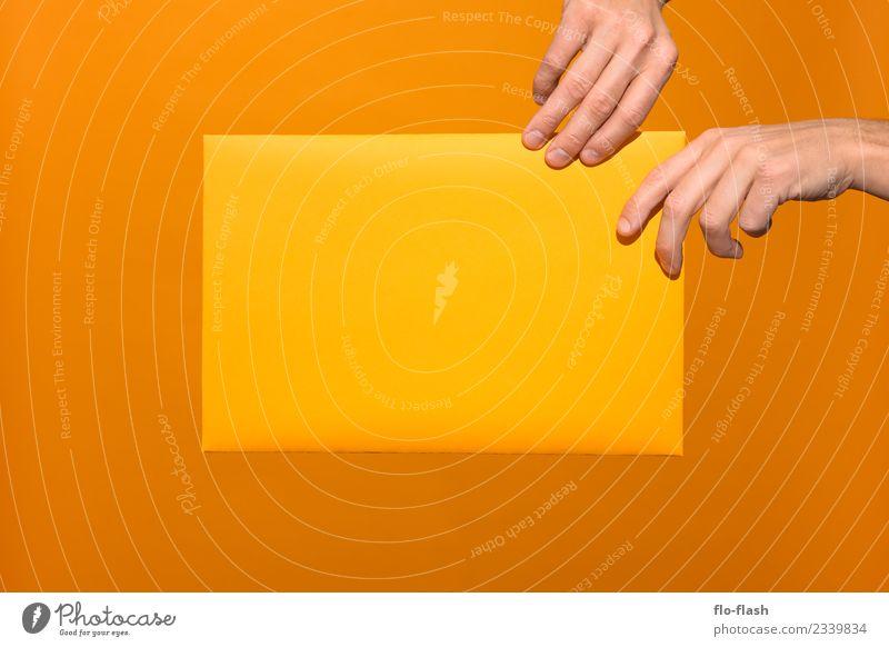 ZWEI HÄNDE GRABBELN GELBES PAPIER AN schön Hand Leben gelb Lifestyle Gesundheit Liebe Business Spielen Freiheit orange Design Kommunizieren