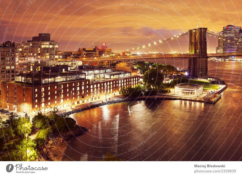 Dumbo Nachbarschaft und die Brooklyn Bridge bei Nacht, New York. Nachthimmel Horizont Baum Park Fluss Stadt Stadtzentrum Skyline Brücke Gebäude Architektur