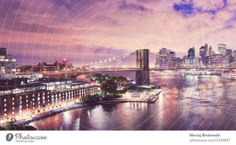 Dumbo Nachbarschaft und die Brooklyn Bridge bei Nacht, New York. Himmel Nachthimmel Fluss Skyline Haus Hochhaus Brücke Gebäude Architektur Fassade Wahrzeichen