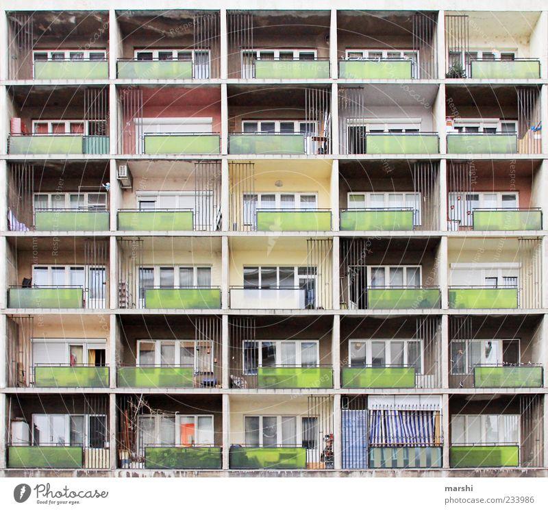 Schöner Wohnen alt Stadt Haus Leben Fenster Wand Architektur Mauer Gebäude Wohnung Fassade Ordnung Häusliches Leben trist einzigartig Balkon