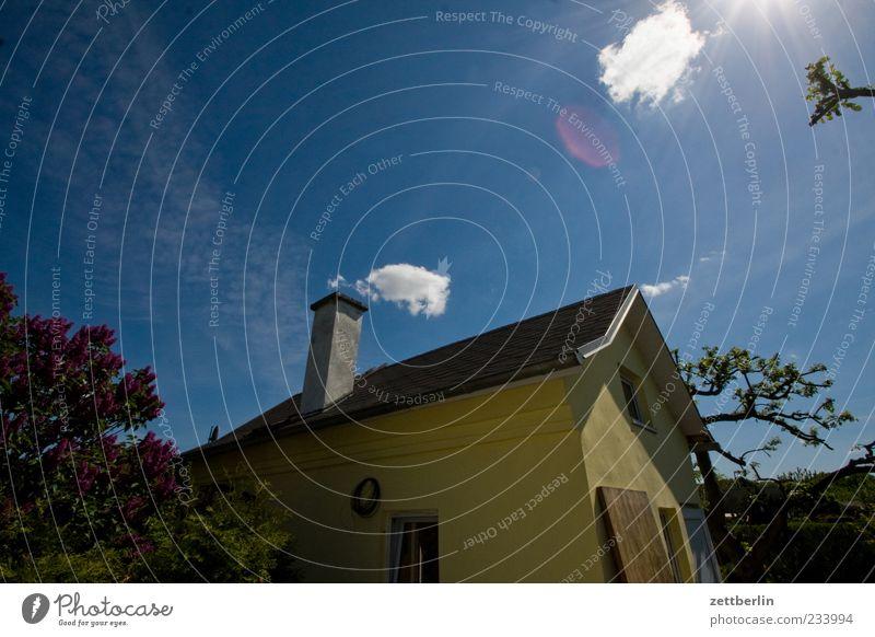 Gartenhaus mit Wolke Umwelt Natur Himmel Wolken Klima Klimawandel Wetter Schönes Wetter Haus Einfamilienhaus Hütte Bauwerk Gebäude Architektur warten