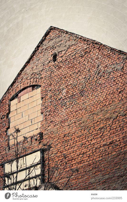 Mauerwerk Haus Baustelle Handwerk Ruine Gebäude Wand Fassade Fenster Stein Beton Backstein alt authentisch dreckig kaputt trist grau rot stagnierend Spitzdach