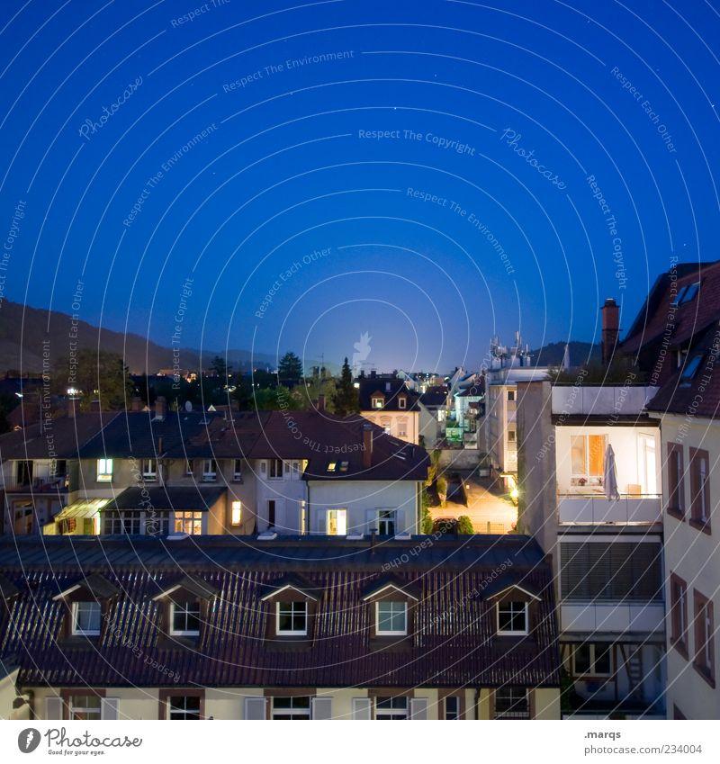 Night on Earth Häusliches Leben Wohnung Nachtleben Stadt Gebäude Architektur Balkon Fenster Dach Schornstein dunkel blau Horizont Stimmung Freiburg im Breisgau