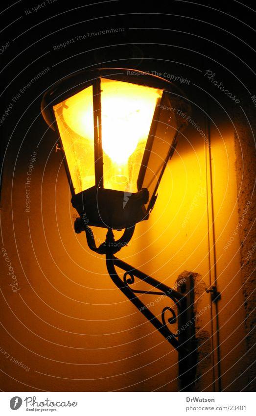 Straßenlaterne Laterne obskur historisch Straßenbeleuchtung Altstadt