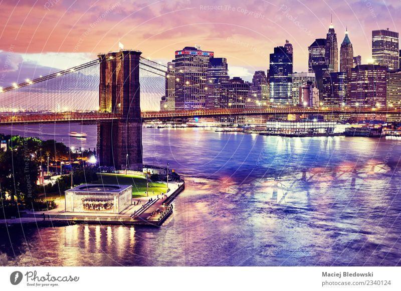 Brooklyn Bridge und das Manhattan bei Nacht, New York City. Himmel Nachthimmel Fluss Stadt Skyline überbevölkert Hochhaus Brücke Gebäude Architektur elegant