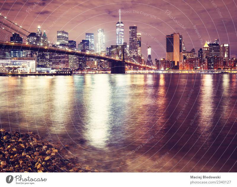 Brooklyn Bridge und das Manhattan bei Nacht, NYC. Landschaft Fluss Stadt Hafenstadt Stadtzentrum Skyline Hochhaus Brücke Gebäude Architektur