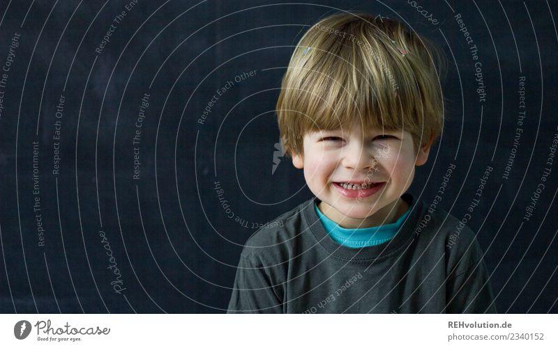 Kind lacht verschmitzt Mensch maskulin Junge Kindheit 1 3-8 Jahre T-Shirt Haare & Frisuren blond Lächeln lachen Freundlichkeit Fröhlichkeit Glück lustig