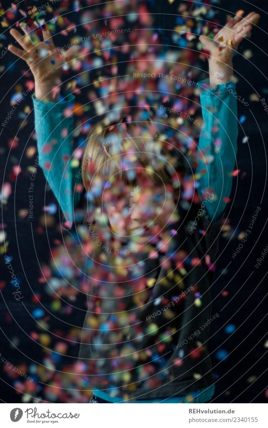 Konfetti Kind Mensch Freude Lifestyle lustig Bewegung Junge Glück außergewöhnlich Party Feste & Feiern fliegen Zufriedenheit Kindheit Geburtstag Fröhlichkeit