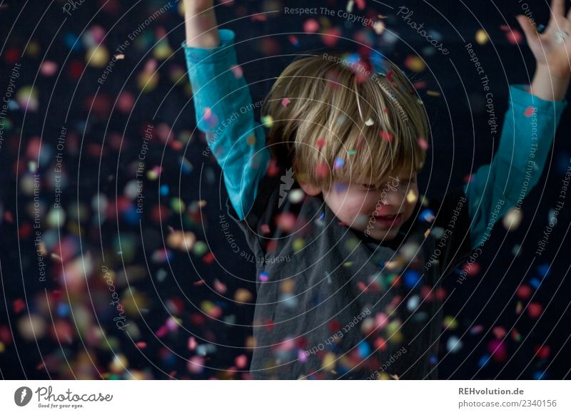 Konfetti Kind Mensch Freude Lifestyle lustig natürlich Bewegung Junge Glück Spielen außergewöhnlich Freiheit Freizeit & Hobby maskulin Kindheit Kreativität