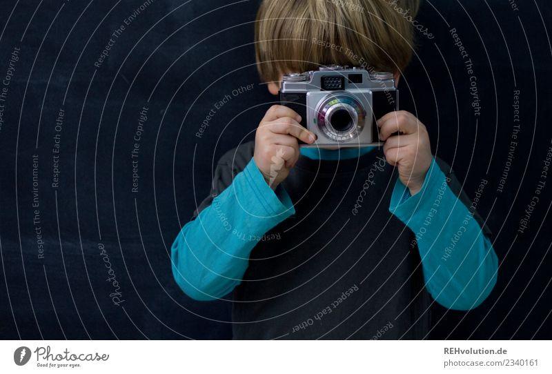 Bitte lächeln Kind Mensch blau schwarz natürlich Junge klein Freizeit & Hobby Kindheit blond Kreativität Idee Fotografie beobachten Coolness festhalten