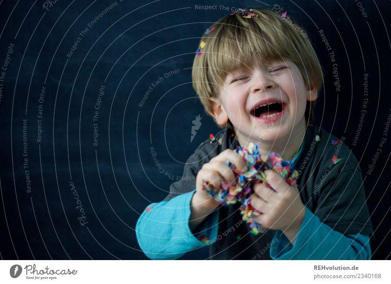 Junge hat Spaß mit Konfetti Kind Mensch Freude schwarz Gesicht Lifestyle lustig natürlich Gefühle Stil lachen klein Glück außergewöhnlich Feste & Feiern