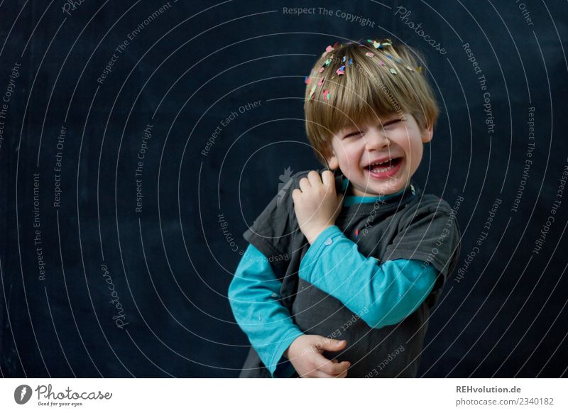kind lacht mit konfetti vor einer schwarzen wand Freude Glück Freizeit & Hobby Spielen Mensch Kind Junge Gesicht 1 1-3 Jahre Kleinkind 3-8 Jahre Kindheit blond