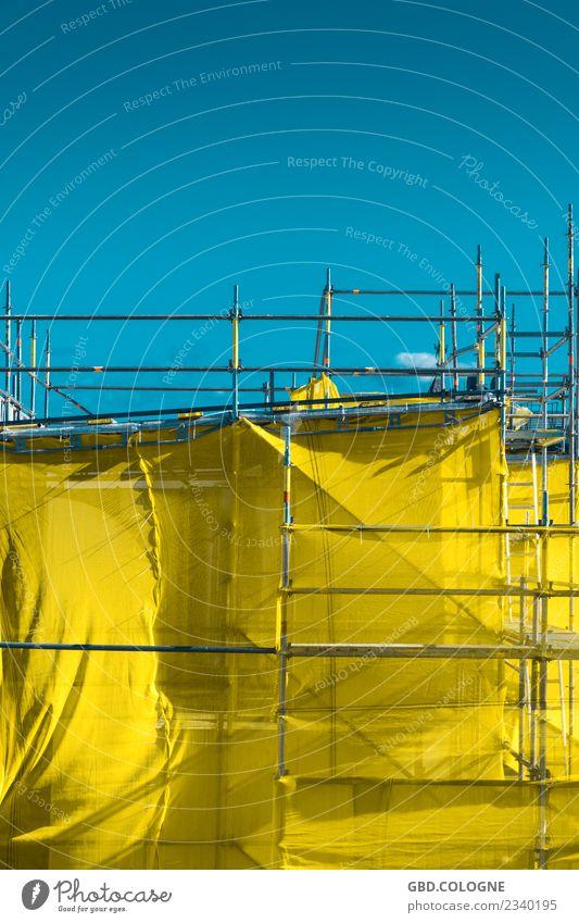 gelbes Postgeheimnis Himmel Wolkenloser Himmel Schönes Wetter Bauwerk Gebäude blau Gerüst Baugerüst Gerüstbauer Modernisierung Renovieren verpackt Hülle