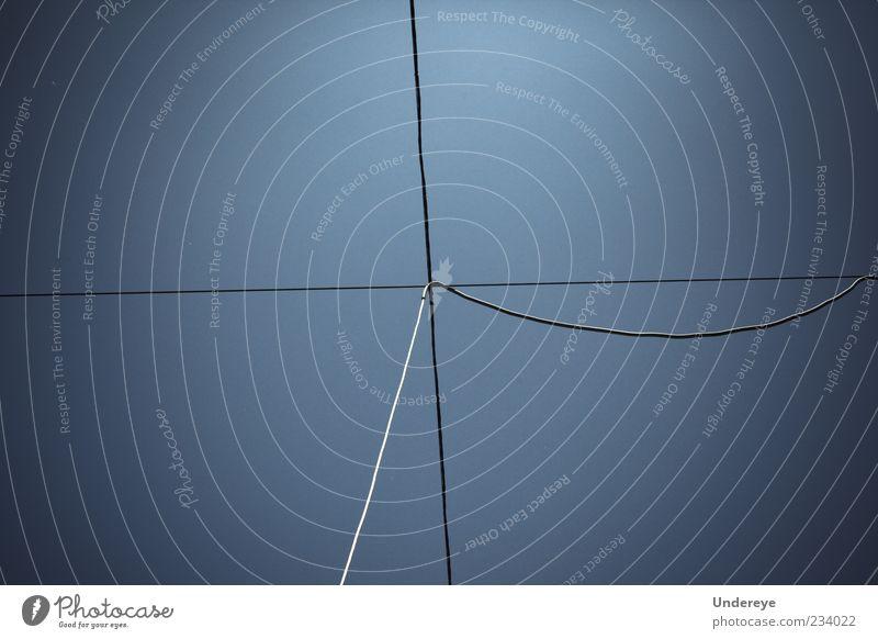 Himmel blau Hautfalten dünn Kurve verdrahtet gekreuzt