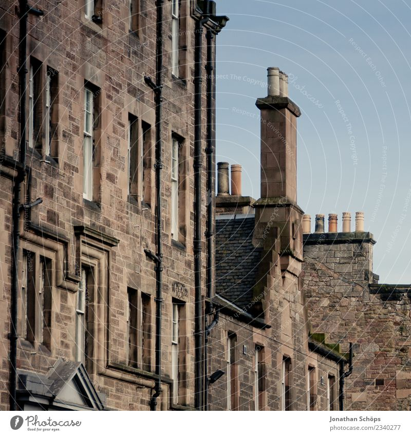 Häuserfassade mit Schornsteinen auf der Royal Mile in Edinburgh alt Stadt Haus Reisefotografie Tourismus außergewöhnlich Stein Fassade dreckig Dach Hauptstadt