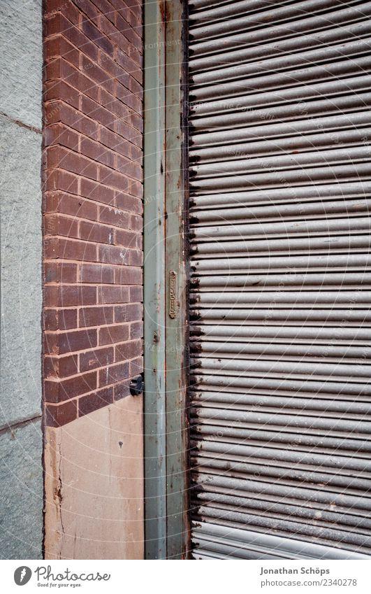 Garagentor Stadt Stadtrand Bauwerk Gebäude Mauer Wand Fassade alt Armut hässlich Tor Strukturen & Formen Ecke dreckig London England geschlossen Backstein
