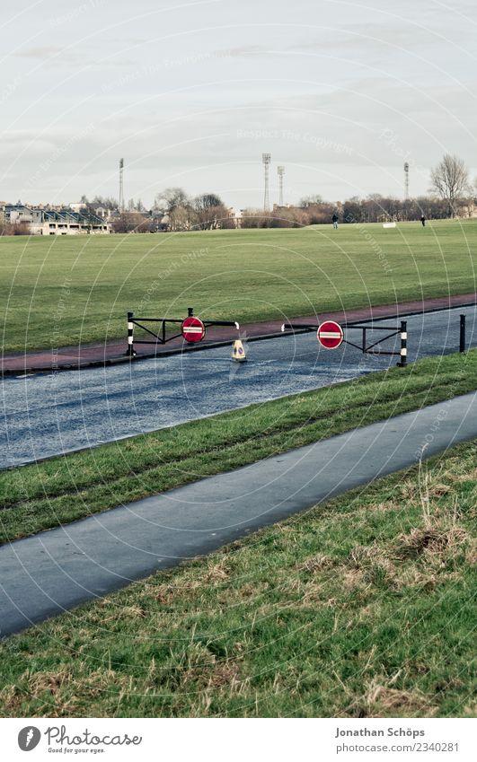 geschlossene Schranke auf einer Straße in Edinburgh Umwelt Natur Landschaft Himmel Gras Wiese Feld Stadt Stadtrand Verkehr Verkehrsmittel Verkehrswege
