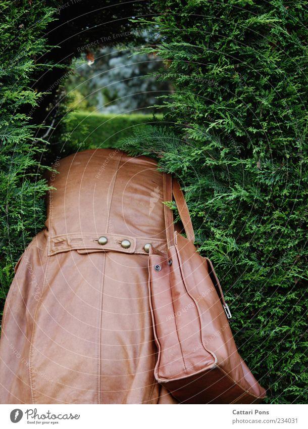 nie.wo. Mensch Frau Erwachsene 1 Natur Pflanze Sträucher Hecke Jacke Mantel Leder Tasche Handtasche Ledertasche Knöpfe beobachten hängen liegen frech Neugier