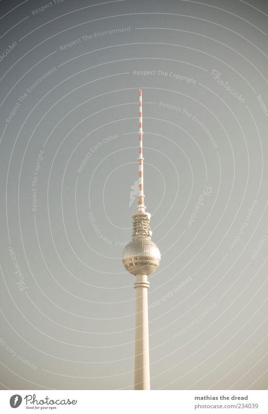 EINMAL TURM FÜR ALLE Himmel Wolkenloser Himmel Schönes Wetter Hauptstadt Skyline Menschenleer Turm Bauwerk Gebäude Architektur Berliner Fernsehturm groß hoch