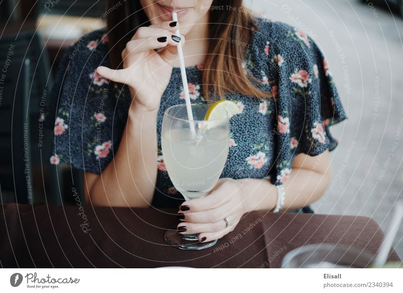 Frau schlürft im Sommer Limonade Getränk trinken Erfrischungsgetränk Lifestyle Reichtum elegant Freizeit & Hobby Mensch Junge Frau Jugendliche Erwachsene 1 Diät