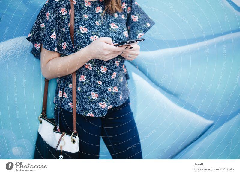 Frau mit Handy Lifestyle kaufen Freizeit & Hobby Technik & Technologie Unterhaltungselektronik Telekommunikation Informationstechnologie Internet Kommunizieren