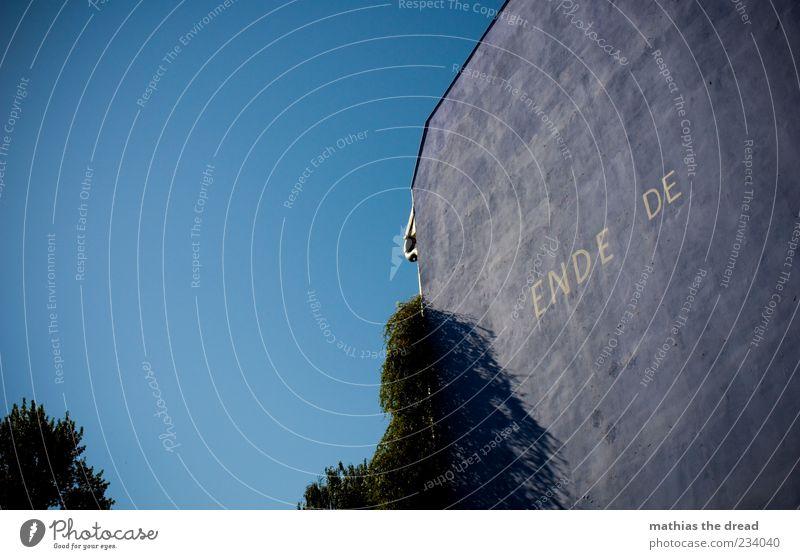 ENDE.DE Pflanze Baum Sträucher Menschenleer Haus Bauwerk Gebäude Architektur Mauer Wand Fassade Zeichen Schriftzeichen Ziffern & Zahlen Graffiti blau