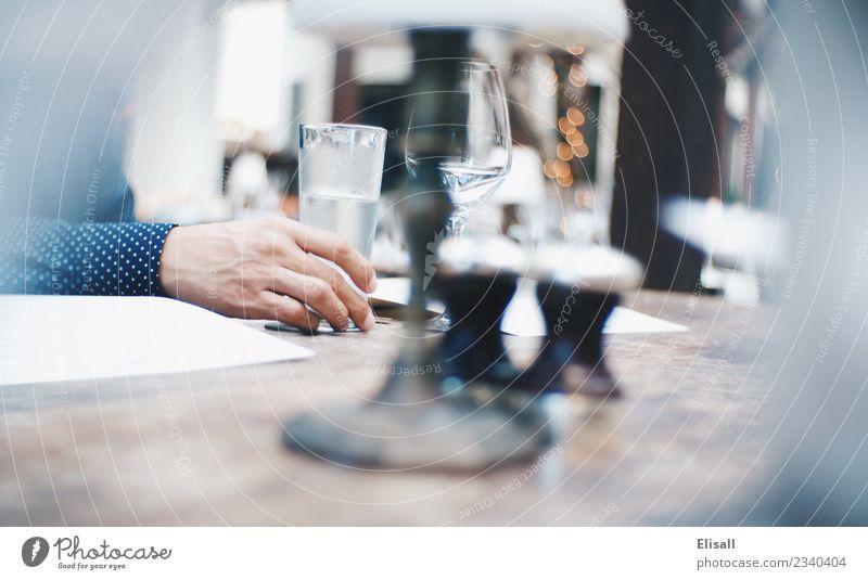 Mann beim Essen im Restaurant Lifestyle Reichtum elegant Freizeit & Hobby Entertainment ausgehen Mensch 1 Erholung Handel Kultur Lebensfreude