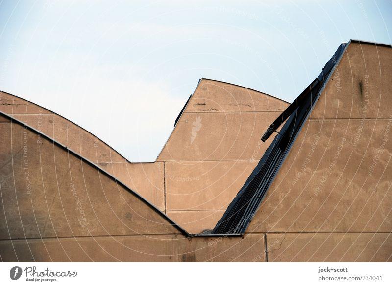 aufgelockerte Dachlandschaft einer Fabrikhalle Wolkenloser Himmel Halle Luke Beton einfach modern braun Symmetrie Ecke Anordnung Neigung Architektur Silhouette
