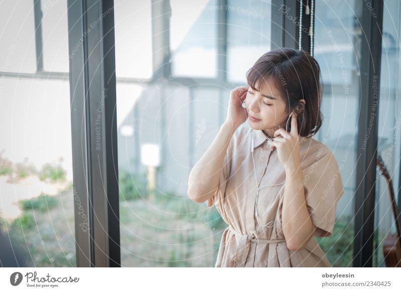 junge schöne Frau hört Musik aus ihrem Herzen Lifestyle Stil Freude Glück Erholung Freizeit & Hobby Sommer Telefon Technik & Technologie Mensch Erwachsene Mode