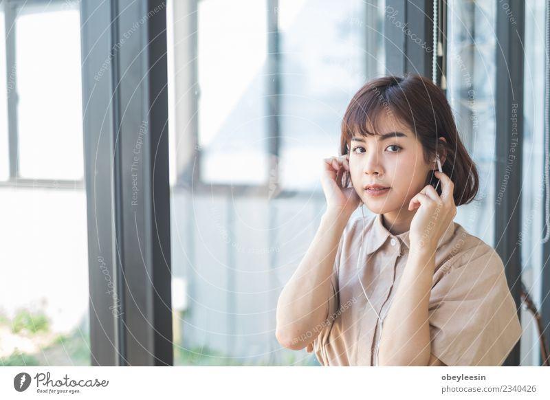 junge schöne Frau hört Musik Lifestyle Stil Freude Glück Erholung Freizeit & Hobby Sommer Telefon Technik & Technologie Mensch Erwachsene Mode brünett genießen