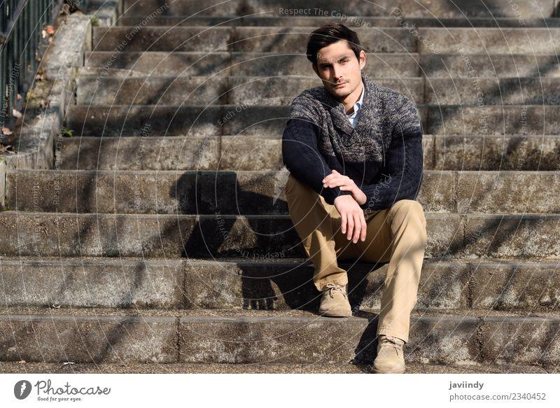 Attraktiver junger Mann auf städtischen Stufen sitzend Lifestyle Stil Haare & Frisuren Gesicht Mensch maskulin Junger Mann Jugendliche Erwachsene 1 18-30 Jahre
