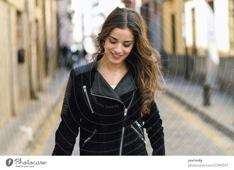 Porträt einer jungen Frau, die im urbanen Hintergrund lächelt. Lifestyle Stil Glück schön Haare & Frisuren Gesicht Mensch feminin Junge Frau Jugendliche