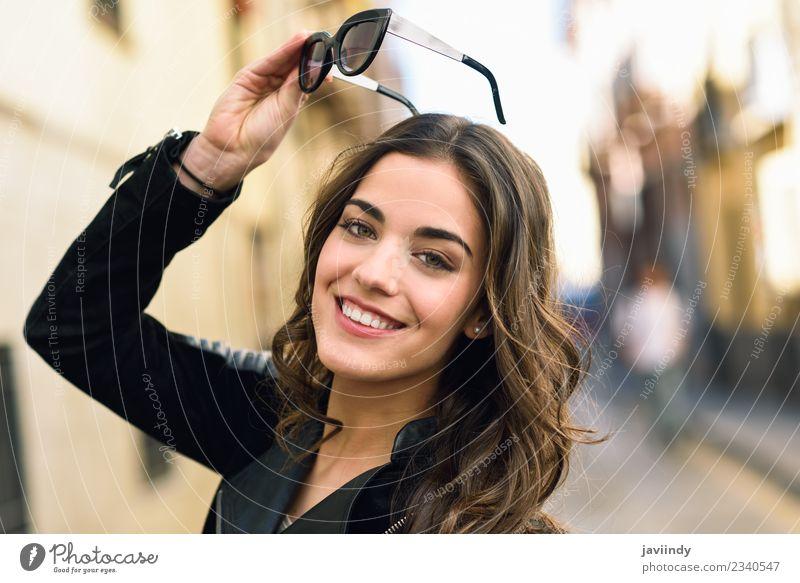 Porträt einer jungen Frau, die mit Sonnenbrille lächelt. Lifestyle Stil Glück schön Haare & Frisuren Gesicht Mensch feminin Junge Frau Jugendliche Erwachsene 1
