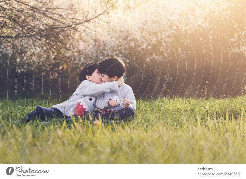 Kind Mensch Natur Landschaft Freude Lifestyle Familie & Verwandtschaft lachen Junge Spielen Garten Freundschaft maskulin Park Feld Kindheit