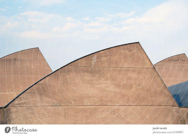 unscheinbare Dachlandschaft Himmel Wolken Wand Architektur Mauer Gebäude Linie braun Fassade Ordnung trist modern ästhetisch Beton Schönes Wetter Streifen