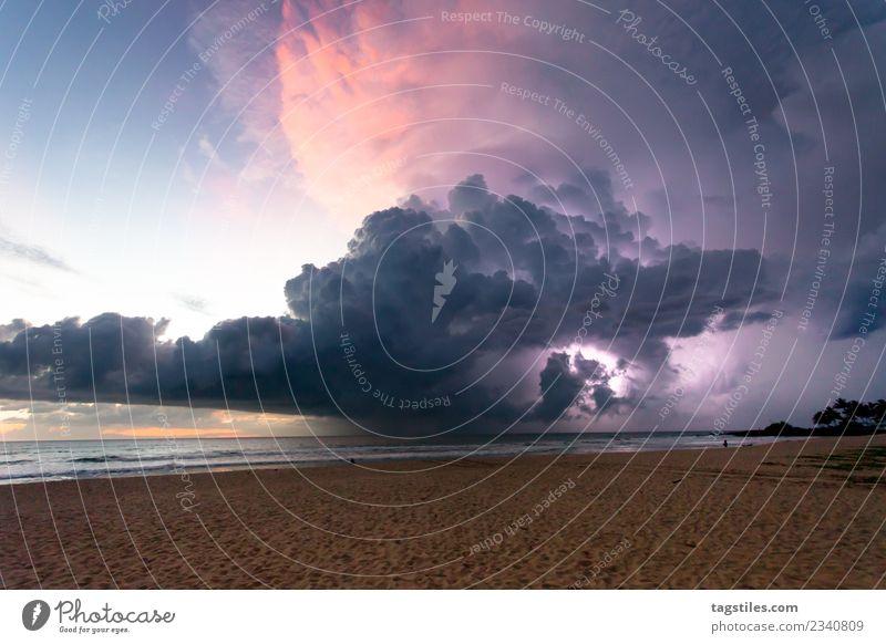 Ahungalla Beach, Sri Lanka - Donner und Blitz am Strand Ahungalla Strand Asien Atmosphäre Atmosphärenstörung Wolken Küste Abend gigantisch Horizont