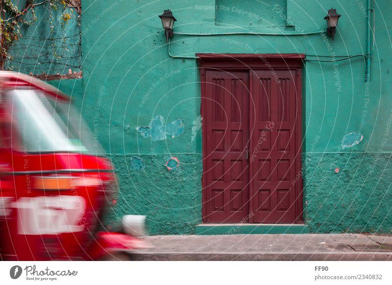 Typisch Guatemala alt Stadt grün rot Haus Wand braun retro Tür Wahrzeichen Altstadt türkis Verkehrsmittel Patina Mittelamerika
