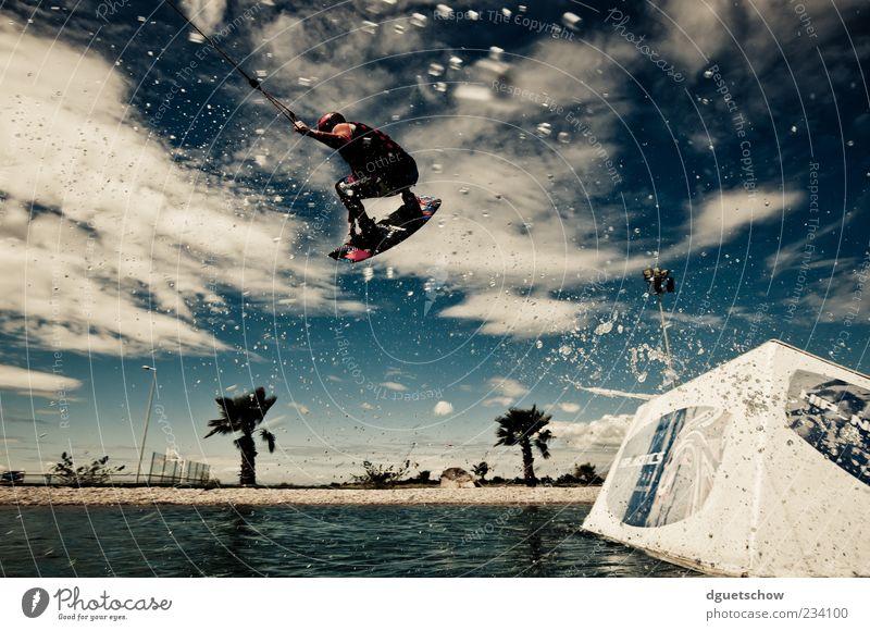 Tailgrab Mensch Sommer Freude springen Freizeit & Hobby fliegen maskulin Lifestyle sportlich Wassersport Froschperspektive Aktion Perspektive Wasserspritzer