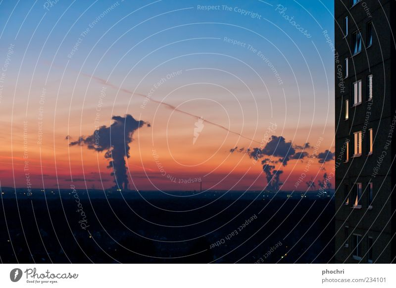 Powersky Himmel blau rot schwarz orange Horizont Hochhaus Abenddämmerung Schornstein Abgas Umweltverschmutzung Stromkraftwerke Rauchwolke