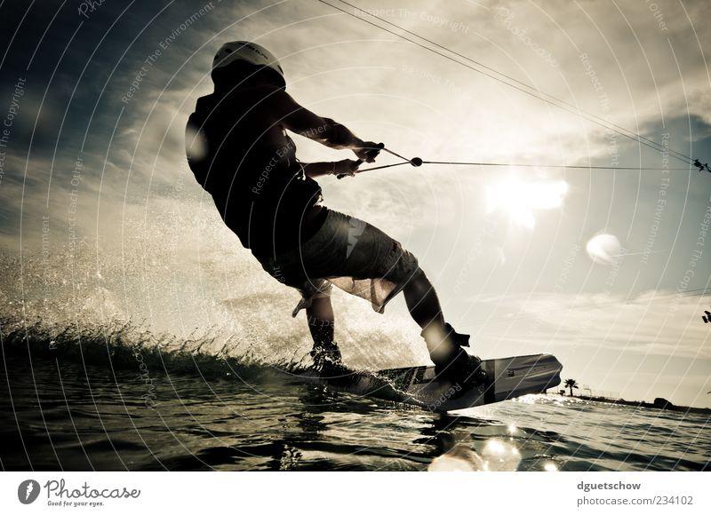 Wakeboarder Mensch Mann Erwachsene Sport Wellen Freizeit & Hobby maskulin Geschwindigkeit Seil festhalten sportlich Begeisterung spritzen Wassersport Funsport