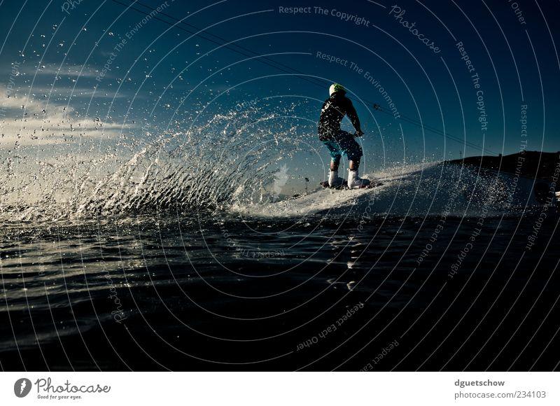 Wakeboarder - Anfahrt Table Stil Freizeit & Hobby Sport Wassersport maskulin Mann Erwachsene sportlich Wasserspritzer Farbfoto Außenaufnahme Tag Licht Schatten