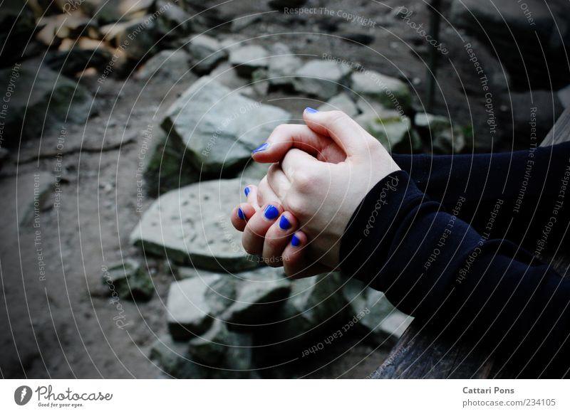Stille. Natur Jugendliche blau Hand Einsamkeit schwarz ruhig Landschaft feminin kalt grau Stein Traurigkeit Zufriedenheit Felsen Arme